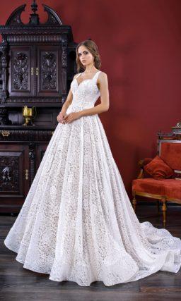 Кружевное свадебное платье «принцесса» с открытым верхом и стильным шлейфом.
