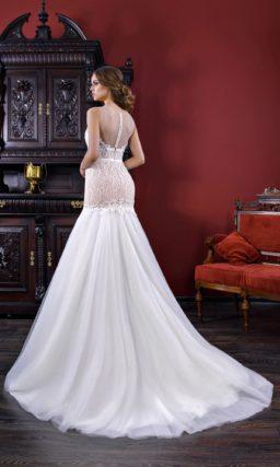 Свадебное платье «русалка» с закрытым кружевным верхом и узким поясом.