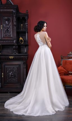 Чувственное свадебное платье с юбкой А-силуэта и полупрозрачным верхом.