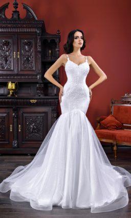 Облегающее свадебное платье с открытым лифом на тонких бретелях.