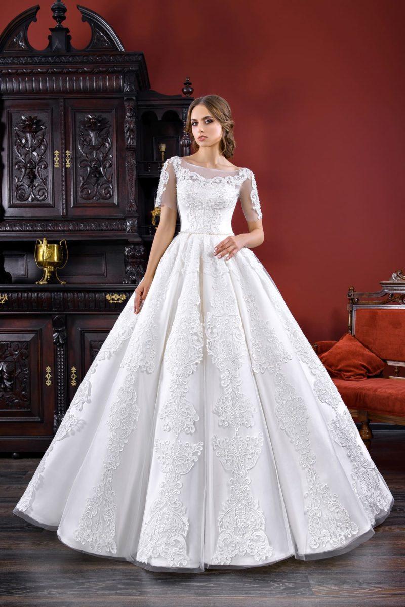 Свадебное платье А-силуэта с эффектными складками на юбке и кружевной отделкой.