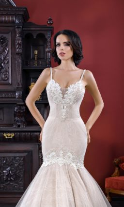 Пудровое свадебное платье с открытым лифом в форме сердца и юбкой «русалка».