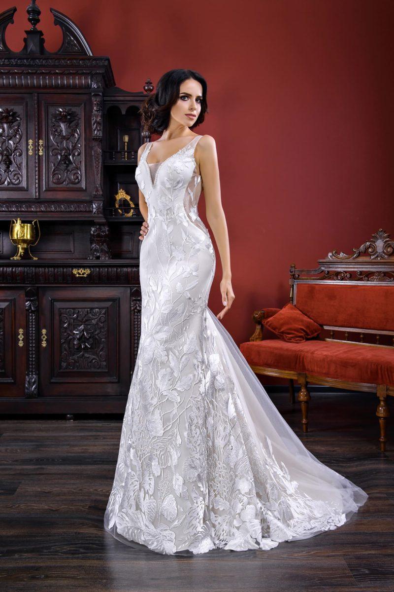 Свадебное платье «русалка» с открытой спинкой и глянцевой отделкой по всей длине.