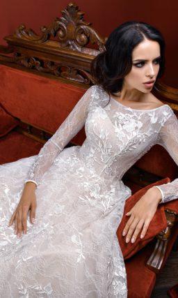 Пышное свадебное платье с длинными рукавами и элегантным округлым вырезом.