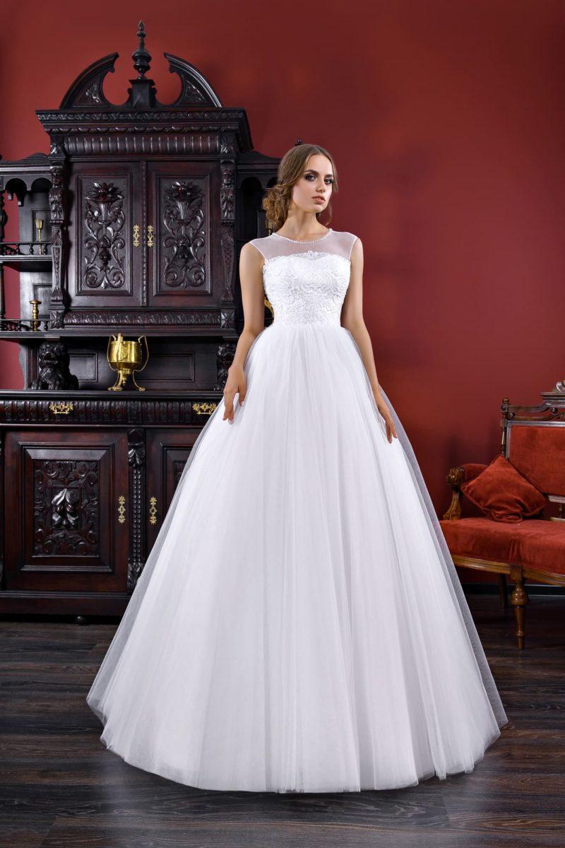 Закрытое свадебное платье с фактурным корсетом и тонкой вставкой над лифом.