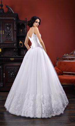 Пышное свадебное платье с заниженной линией талии и открытым лифом на бретелях.
