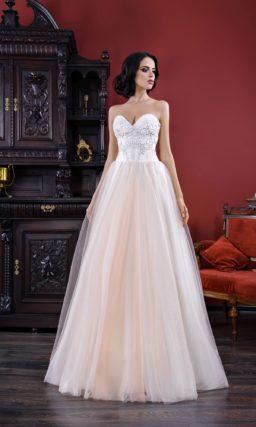 Свадебное платье «принцесса» с открытым лифом в форме сердца и фактурным декором.