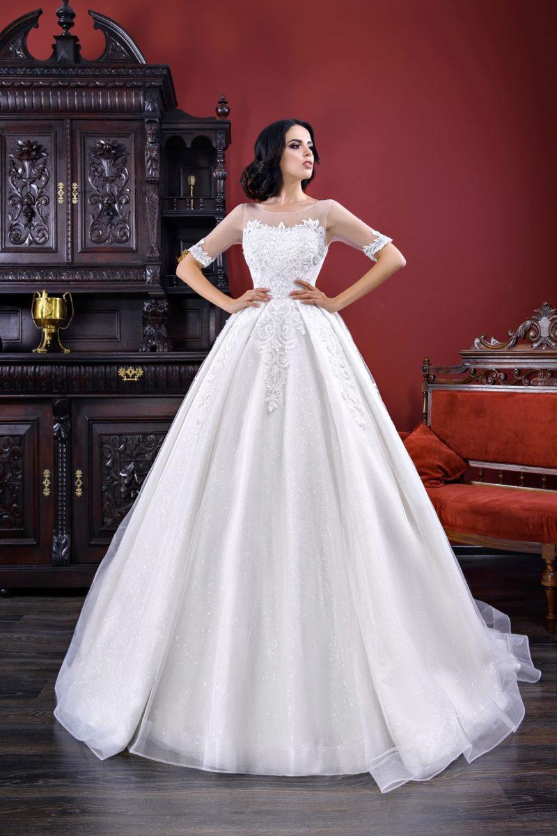 Торжественное свадебное платье с коротким рукавом и пышной юбкой со шлейфом.