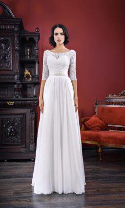 Прямое свадебное платье с кружевным рукавом и небольшим вырезом на спинке.
