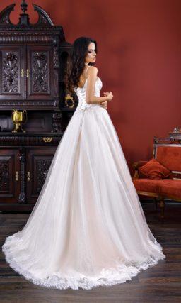 Роскошное свадебное платье «принцесса» с открытым верхом и фактурной юбкой.