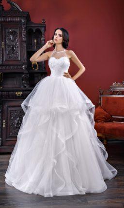 Пышное свадебное платье с американской проймой и многослойной юбкой.
