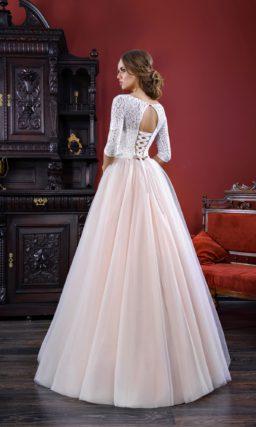 Свадебное платье «принцесса» с персиковой юбкой и облегающим длинным рукавом.