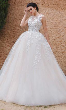 Свадебное платье торжественного пышного кроя с кружевной отделкой.