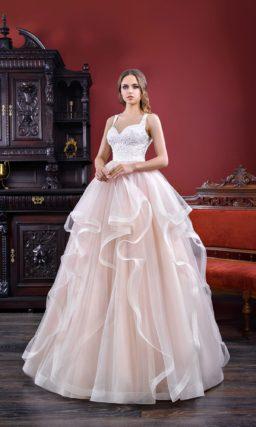 Чувственное свадебное платье с кружевным лифом и вырезом «замочная скважина» сзади.