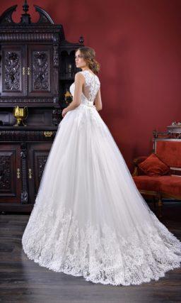 Чарующее свадебное платье с закрытым верхом и кружевной отделкой на спинке.