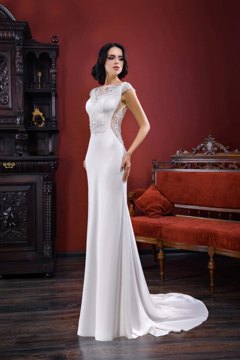 Прямое свадебное платье с вырезами по бокам лифа и деликатным шлейфом сзади.