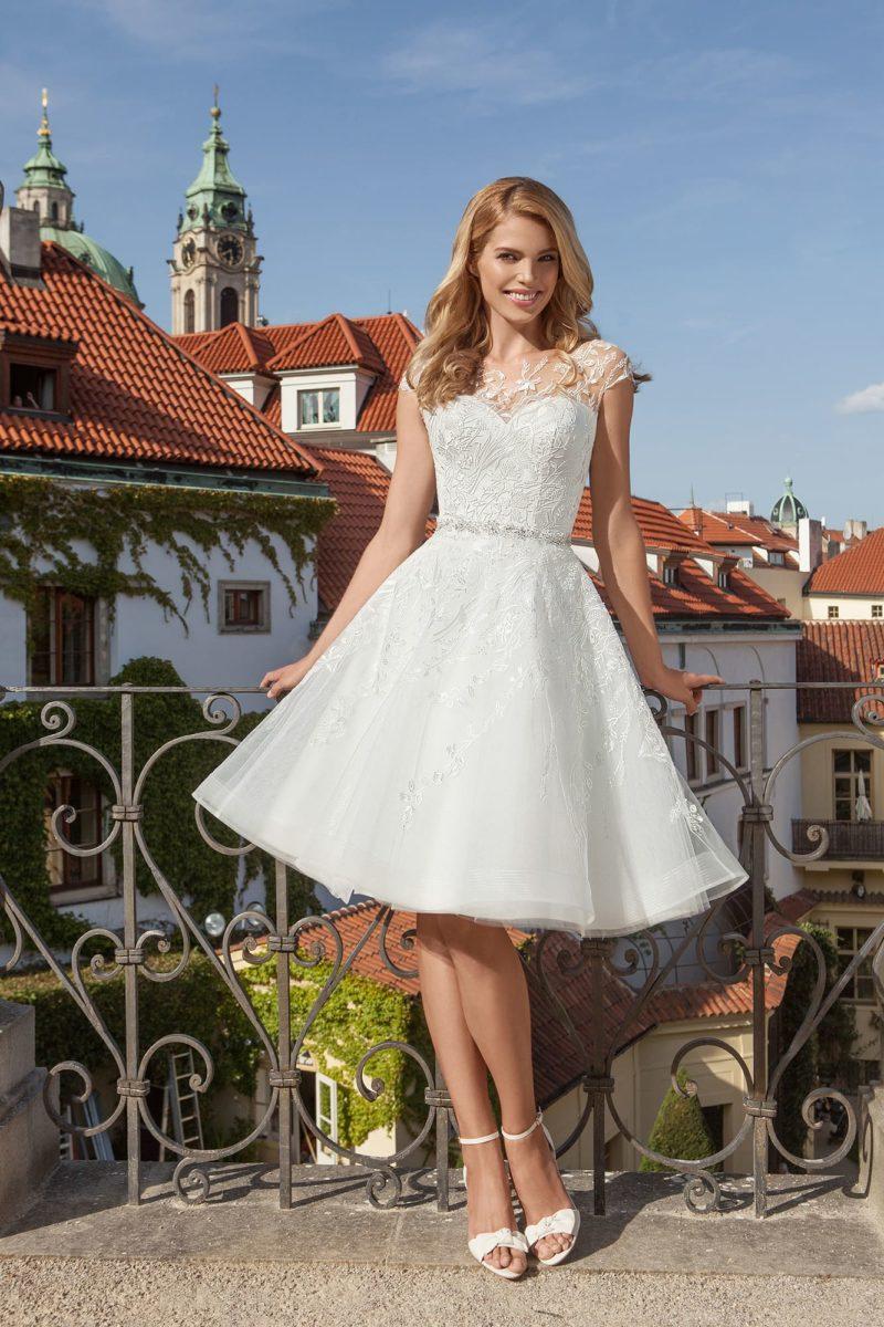 Свадебное платье с кружевной отделкой и юбкой до колена.