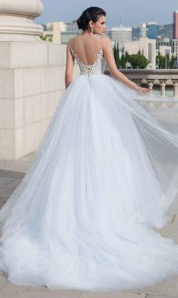 Свадебное платье с пышной юбкой и сияющим открытым корсетом.