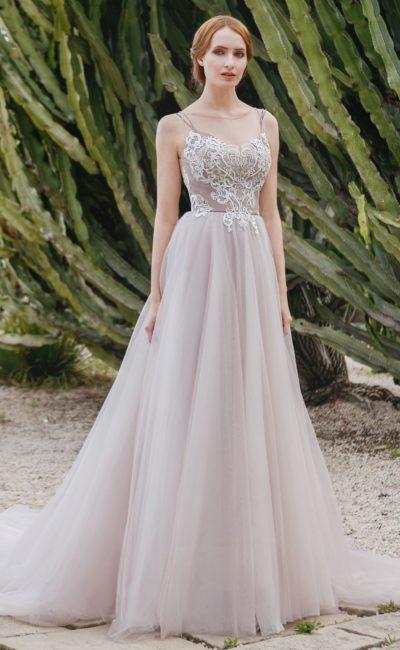 Пудровое свадебное платье «принцесса» с открытой спинкой и многослойной юбкой.