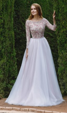 Свадебное платье А-кроя с длинным рукавом и красной вышивкой со стразами.