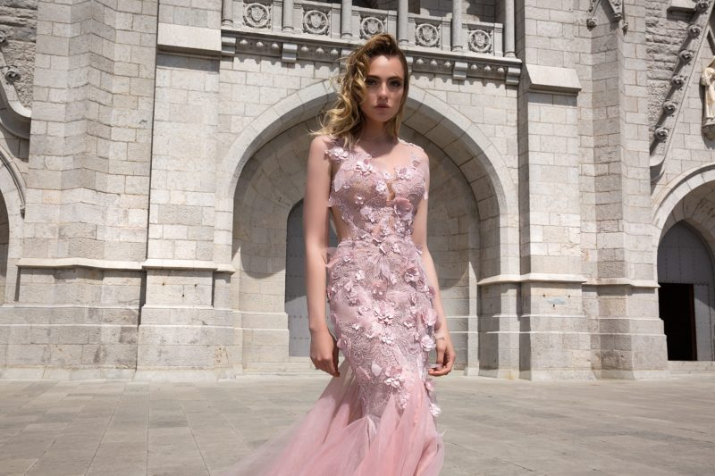 Вечернее платье розового цвета с соблазнительным верхом и объемным декором.