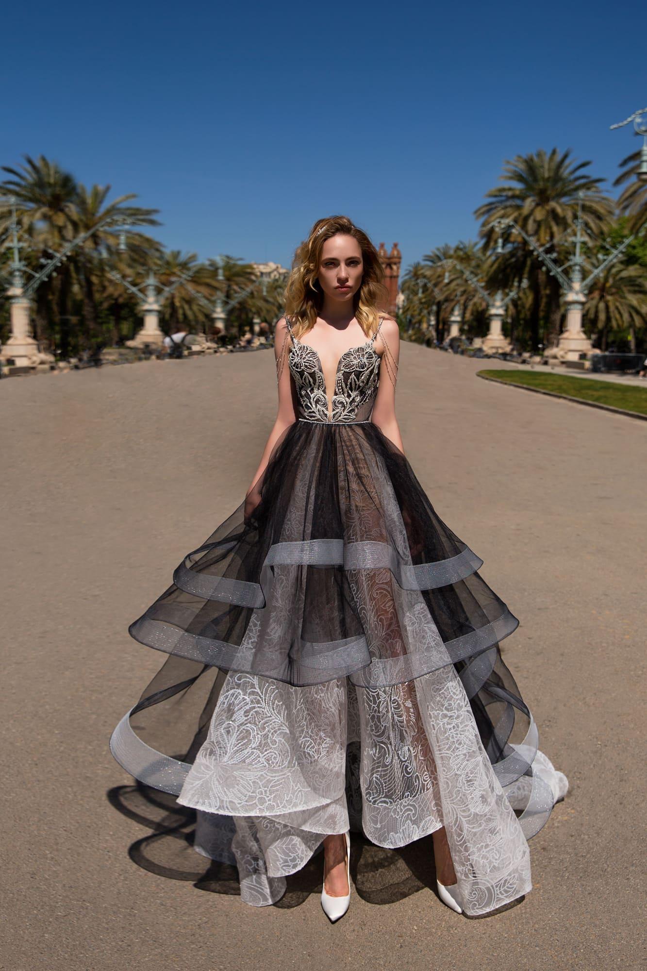 1ea25a8b0ab Черно-белое вечернее платье силуэта «принцесса» с глубоким вырезом декольте.