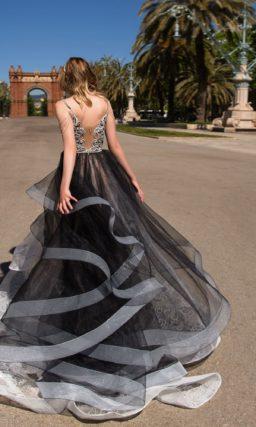 Черно-белое вечернее платье силуэта «принцесса» с глубоким вырезом декольте.