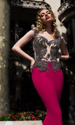 Вечернее платье со сверкающей отделкой лифа, открытой спинкой и длинным шлейфом.