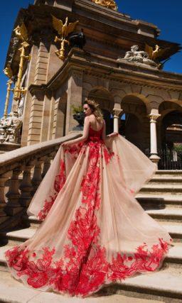 Вечернее платье бежево-красного цвета, с округлым лифом и поясом на талии.