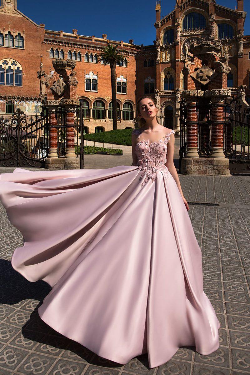 Вечернее платье розового цвета, с объемной отделкой верха и атласной юбкой А-силуэта.