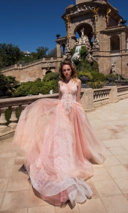 Вечернее платье персикового цвета с белым кружевом и открытой спинкой.