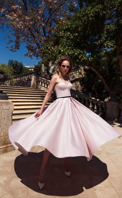 Вечернее платье розового цвета с юбкой длины миди и дополнительным болеро.