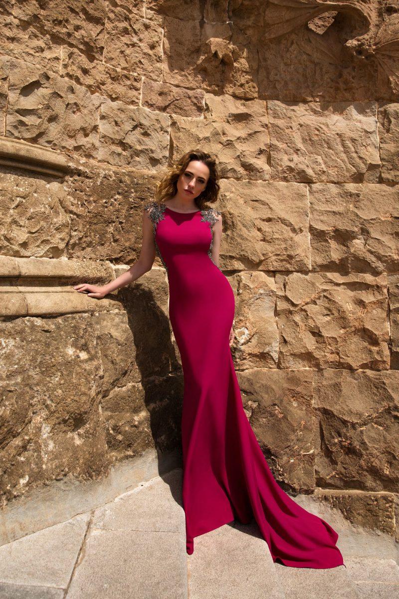 Вечернее платье винного цвета с сияющей вышивкой и открытой спинкой.
