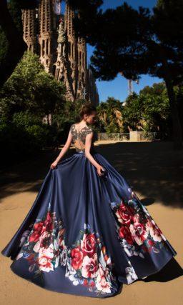 Вечернее платье А-силуэта с синей атласной юбкой и сверкающим лифом.