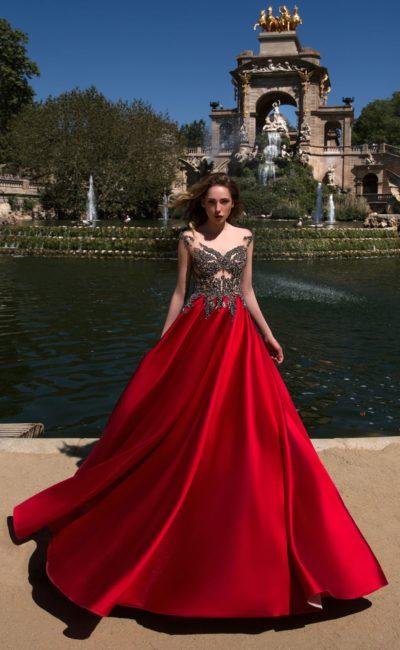 Атласное вечернее платье с эффектной алой юбкой и декором из стразов.