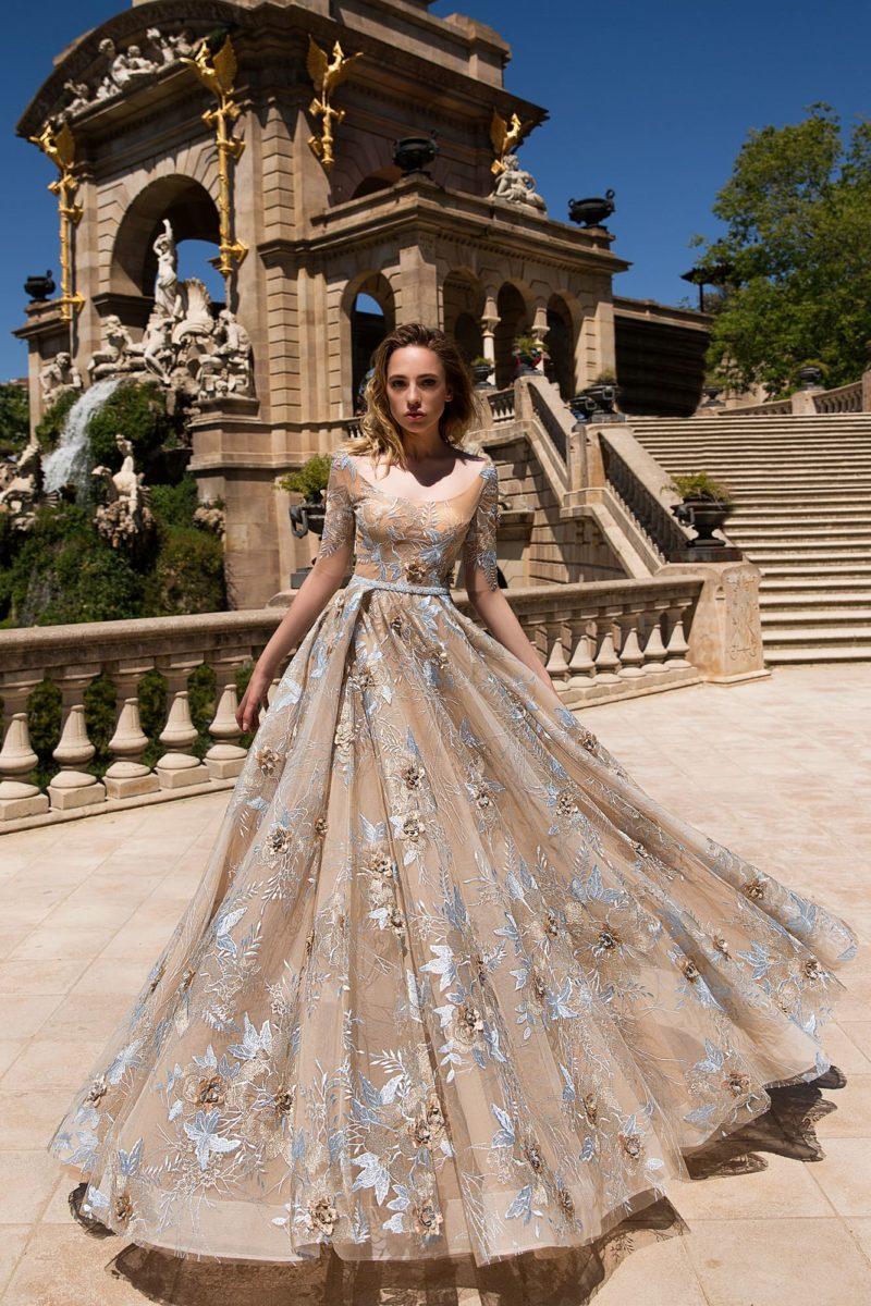 Вечернее платье бежевого цвета с вышивкой и изящным оформлением верха.