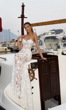 Свадебное платье-трансформер с прямым силуэтом и открытым лифом.