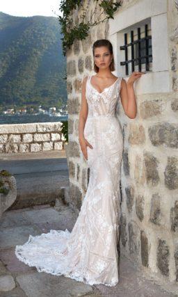 Сдержанное свадебное платье прямого кроя с небольшим шлейфом и стильным вырезом.