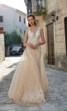 Свадебное платье-трансформер в бежевых тонах, с белым кружевным декором.