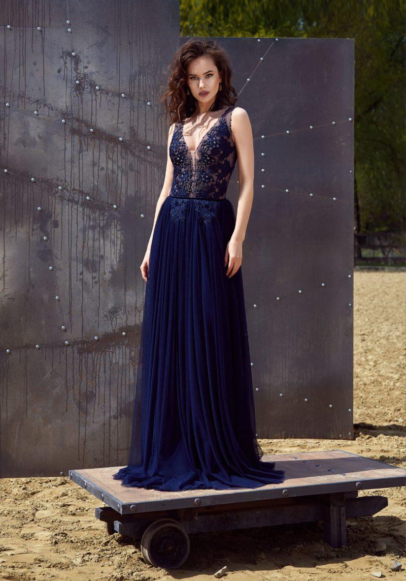 Темно-синее вечернее платье прямого кроя с кружевной отделкой и небольшим шлейфом.