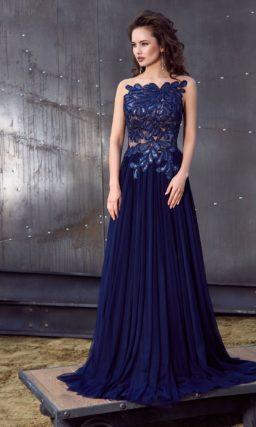 Синее вечернее платье с эффектной отделкой лифа и женственной юбкой «принцесса».