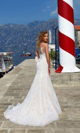 Свадебное платье «русалка» из кружевной ткани, с эффектным длинным шлейфом.