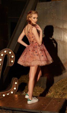 Короткое вечернее платье персикового цвета с сияющей вышивкой и вырезом сзади.