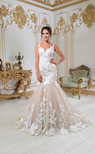 Свадебное платье «рыбка» на бежевой подкладке, с кружевным декором и шлейфом.
