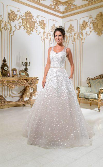 Свадебное платье «принцесса» на пудровой подкладке, украшенное аппликациями.