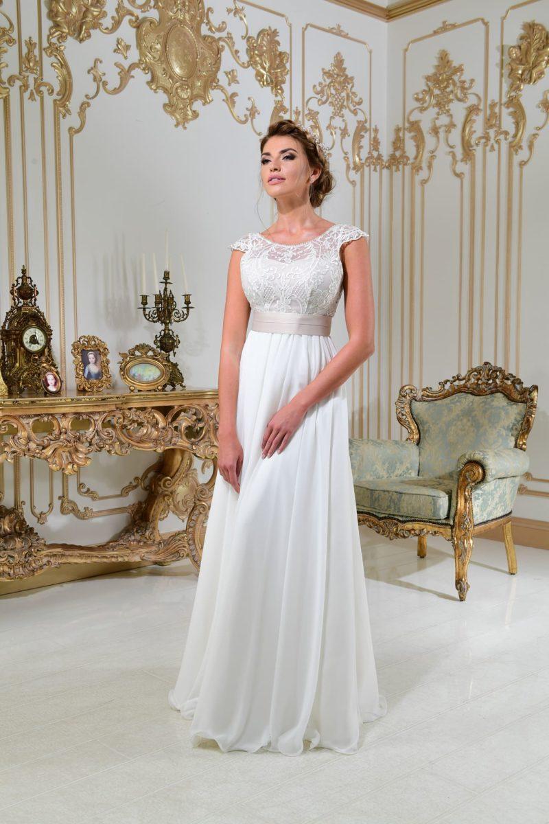 Свадебное платье в ампирном стиле, с кружевным верхом и шифоновой юбкой.