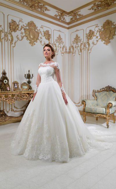 Свадебное платье с вырезом на спинке, длинным рукавом и пышной юбкой со шлейфом.