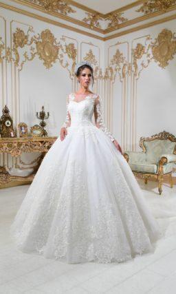 Пышное свадебное платье с полупрозрачным рукавом и кружевной отделкой.