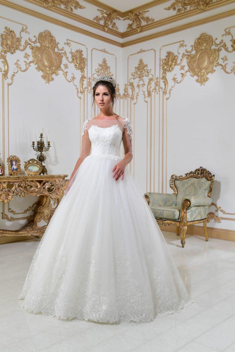 Свадебное платье А-силуэта с элегантным шлейфом и длинным прозрачным рукавом.