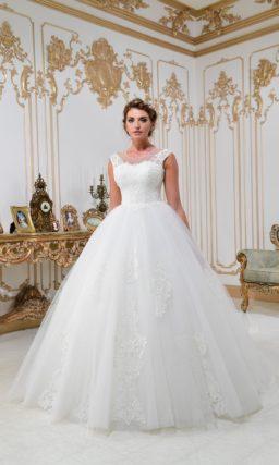 Свадебное платье пышного силуэта с романтичным кружевным декором и вырезом сзади.